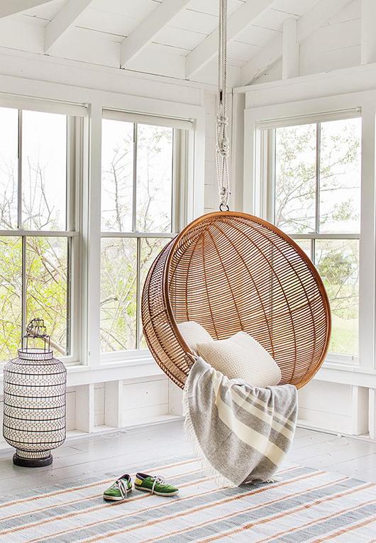 inspiration une balancelle dans ton salon les confettis. Black Bedroom Furniture Sets. Home Design Ideas