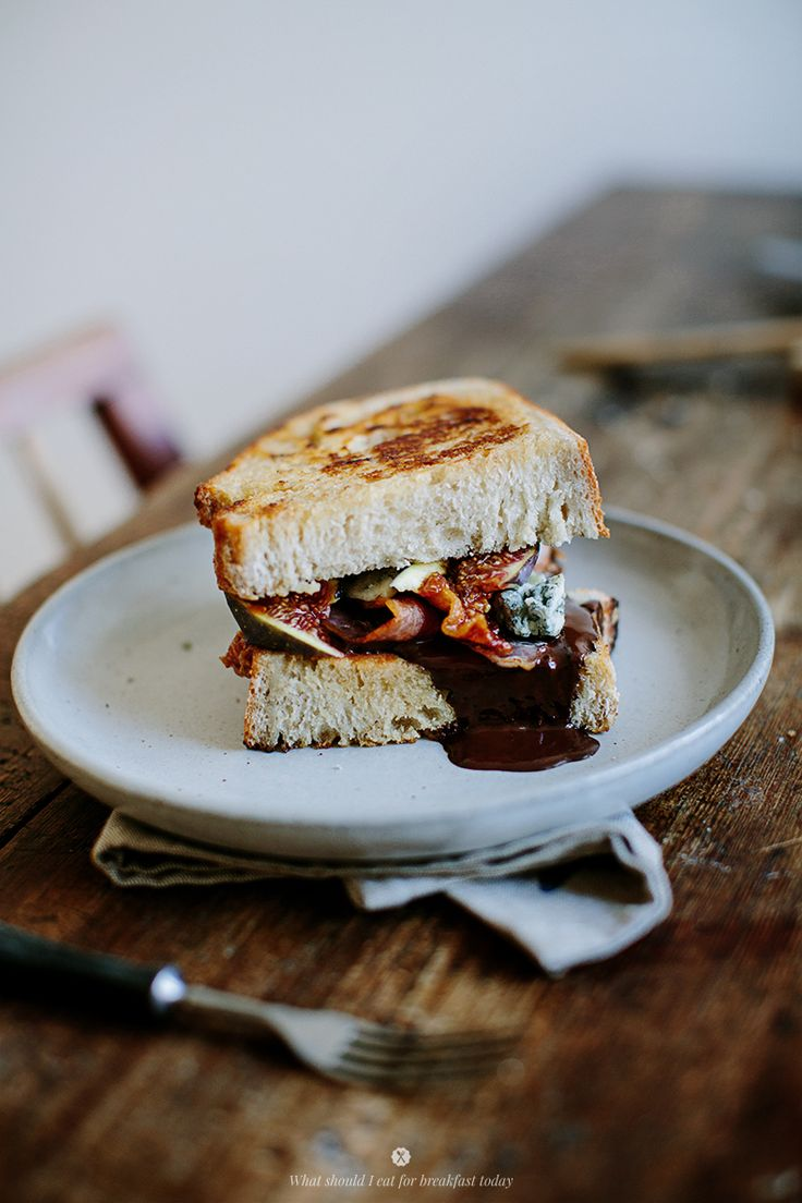 Hot sandwich with chocolate, bacon, blue cheese and figs _ Marta Greber