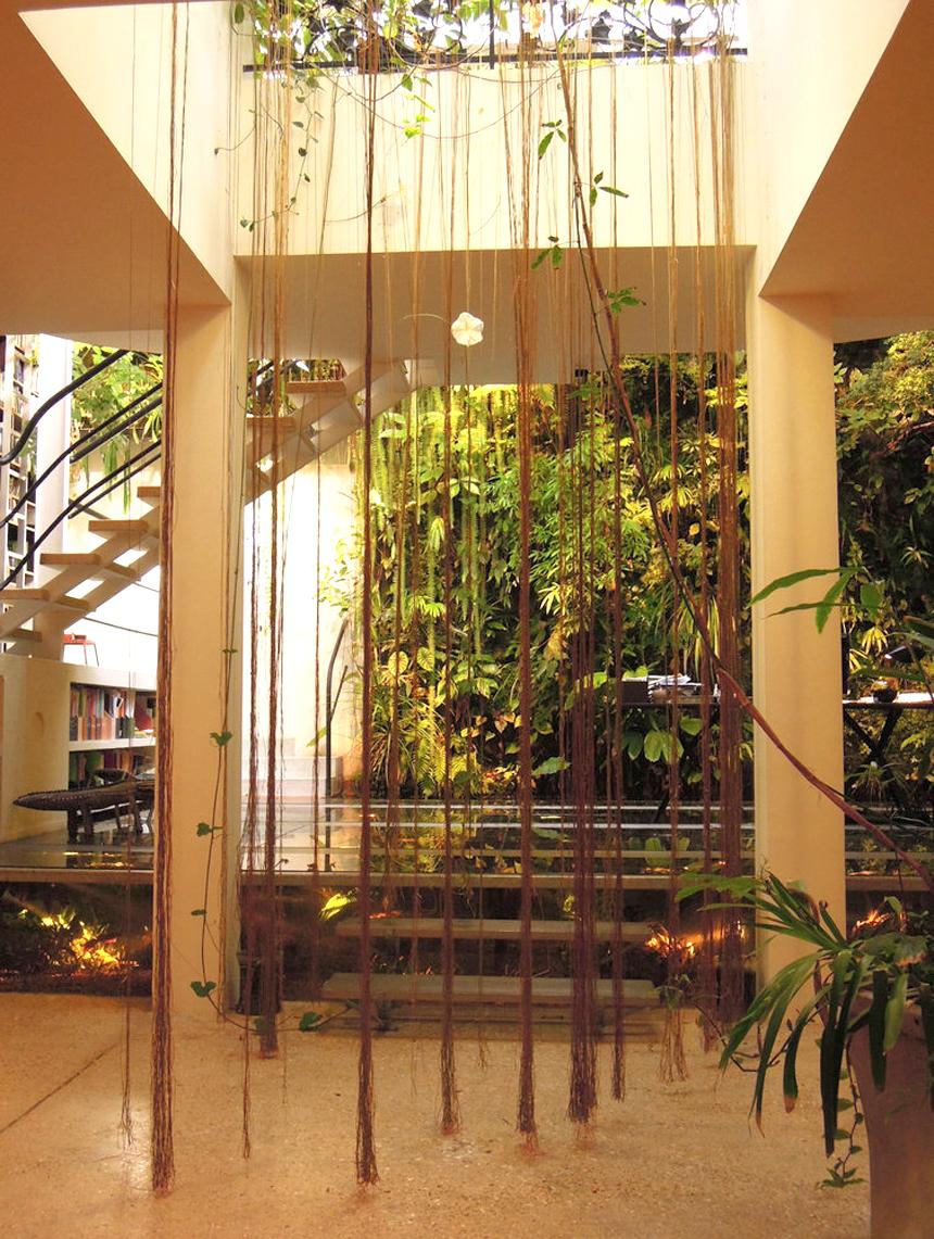 Patrick Blanc, inventeur des murs végétaux. J'adore ses créations qui mettent des bouts de nature en ville. Découvrez tout son parcours ici : www.lesconfettis.com/patrick-blanc