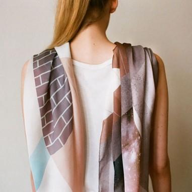 Des foulards en soie aux imprimés graphiques